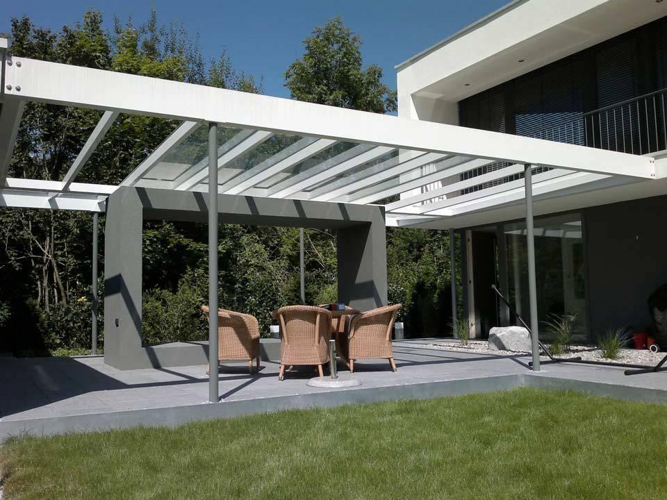 Terassenüberdachung in moderner Glasoptik mit weißen Metallträgern