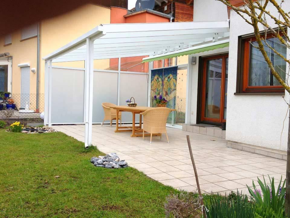 Terrassenüberdachung mit Sichtschutzelementen