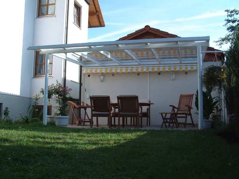Terrassenüberdachungen aus weißem Metall und Glas mit Markise
