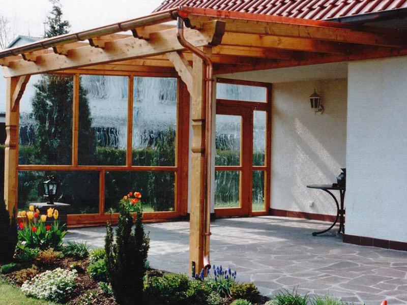 Terassenüberdachung aus Holz und Glas