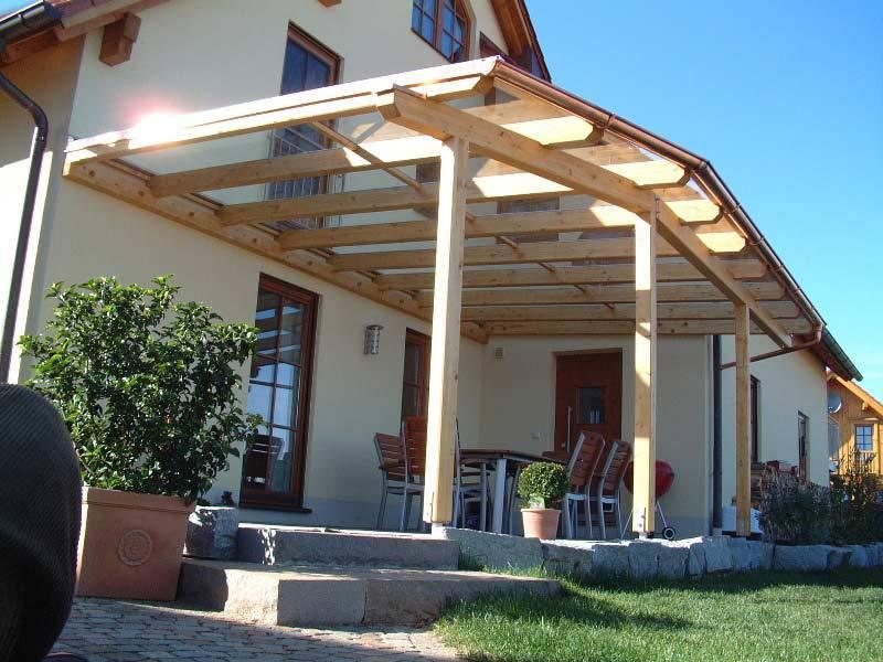 Terrassenüberdachungen aus hellem Holz und Glas