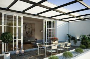 Lichtdurchlässige Terrassenüberdachung aus Glas