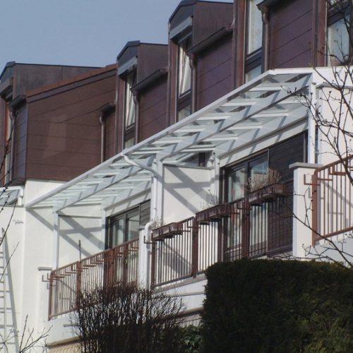 Balkonüberdachung mit Glaselementen