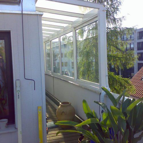 Balkonüberdachung mit großen Glaselementen