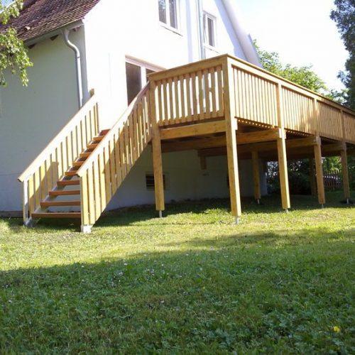 Holzbalkon mit Treppe in den Garten