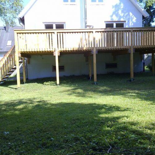 Balkon mit Gartentreppe aus Holz