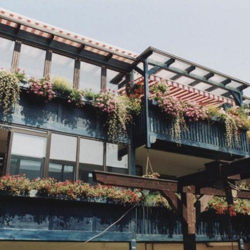 Balkonüberdachung aus Holz und Glas
