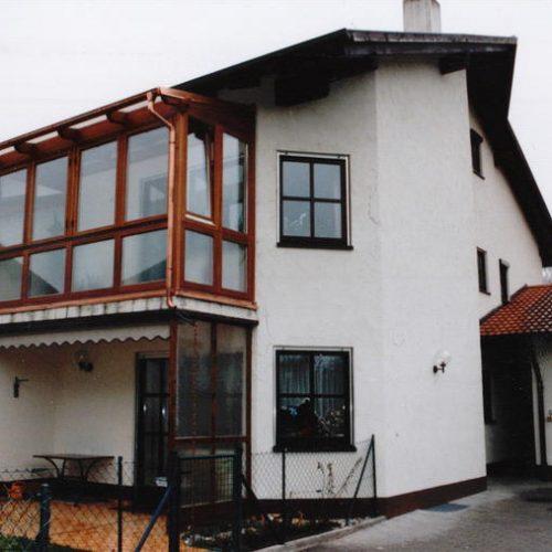 individueller Balkon aus Holz und Glas
