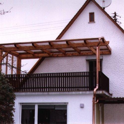 Holzüberdachung mit seitlichem Schutz