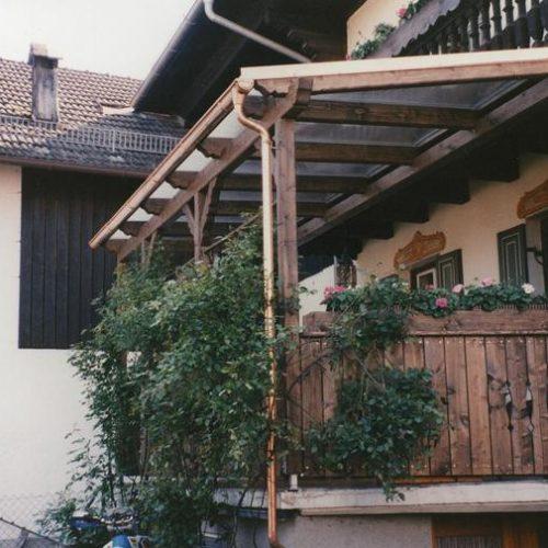 Holzbalkon in rustikalem Look