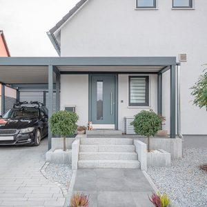 Moderner Stahlcarport an Einfamilienhaus