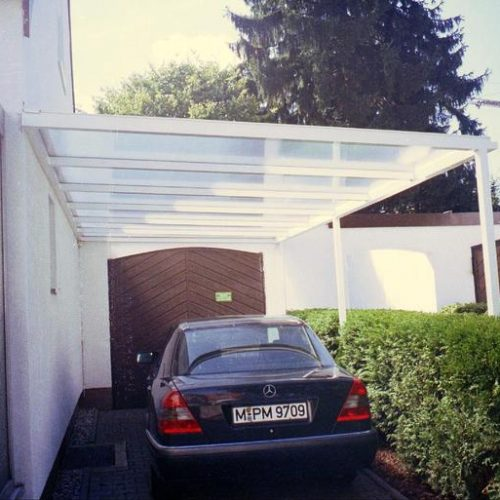 Carport mit großen Glaselementen
