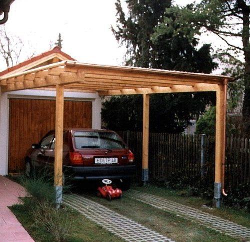 Auto steht geschützt unter Carport aus Holz