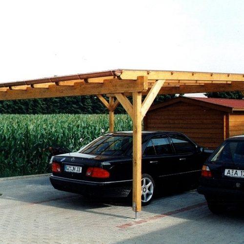 Autos stehen unter Carport aus Holz