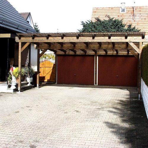 Großes Carport aus Holz für zwei Garagen