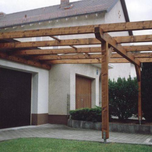Carport aus Holz mit Glaselementen