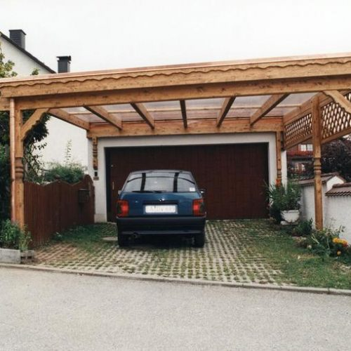 Carport in rustikaler Optik aus Holz