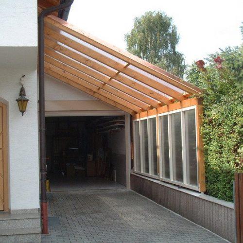 Carport aus Holz mit schräger Bauweise