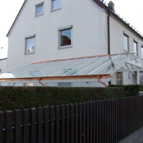 weißes Carport mit Glasdach