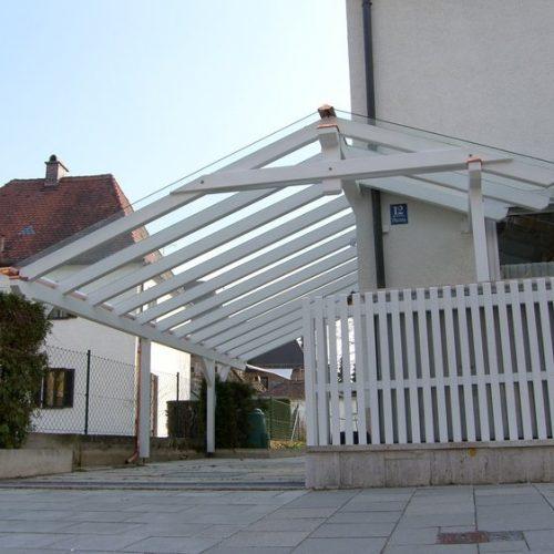 weißer Carport aus Holz in München