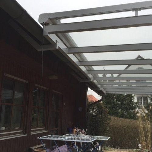 Terrassendach aus Aluminium von unten betrachtet