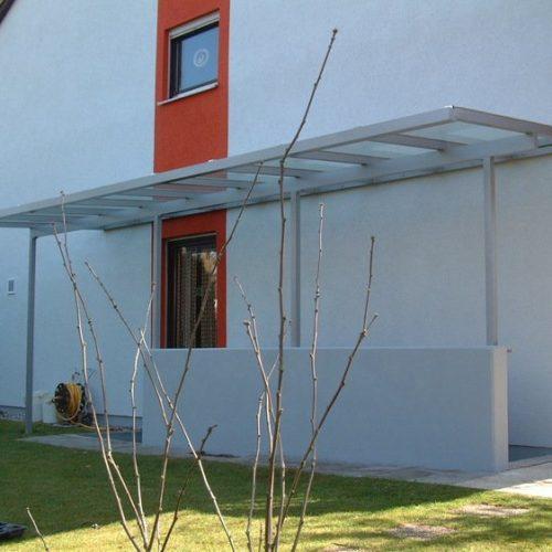 Kellerabgang und Terrassentür mit Überdachung aus Aluminium