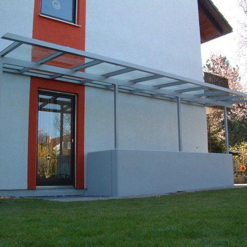 Kellerabgang und Terrassentür geschützt durch Vordach