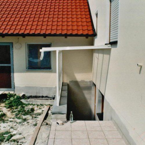 weißes Dach vor dem Kellerbereich von Stefan Lutz Überdachungen