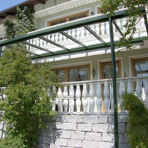 dunkles Terrassendach aus Aluminium und Glas
