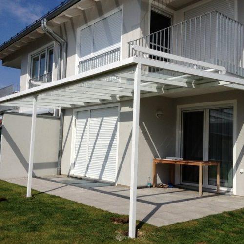 breite Terrassenüberdachung aus Aluminium, flach