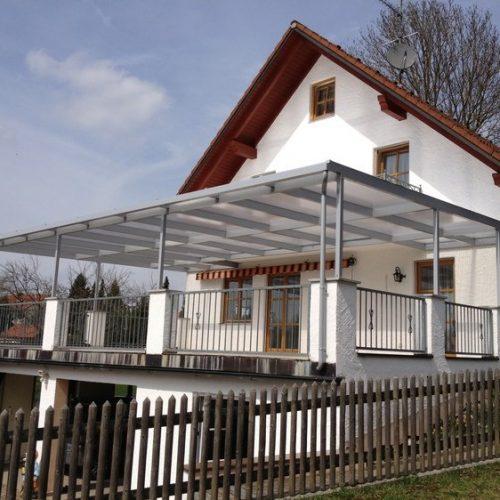 Terrassendach mit Glaselementen in Aluminium