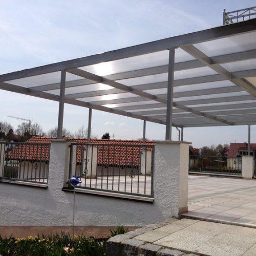 große Terrassenüberdachung aus Aluminium und Holz