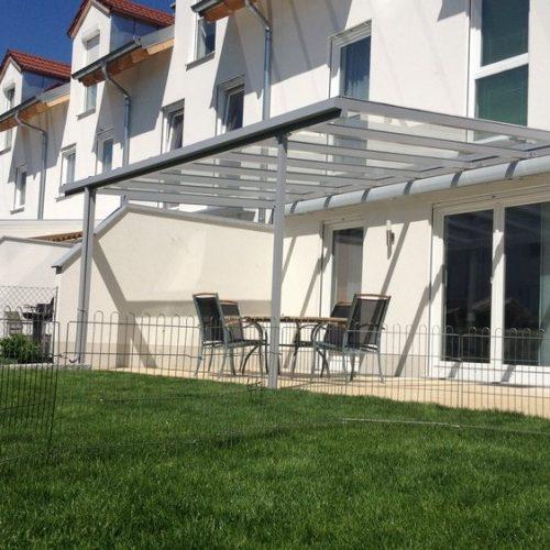 Terrassendach mit eingezogener Sonnenblende