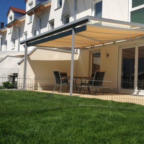 Terrassendach mit ausgefahrener Sonnenblende