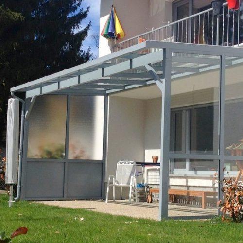Terrassendach mit seitlichem Schutz