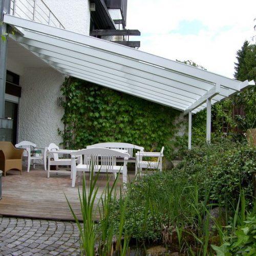individuelle Terrassenüberdachung mit großen Glaselementen