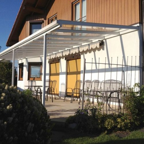 breite Terrassenüberdachung aus Aluminium