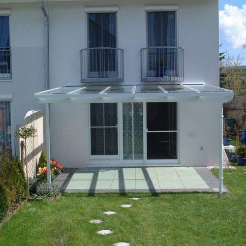 weißes Terrassendach aus Aluminium mit Glaselementen