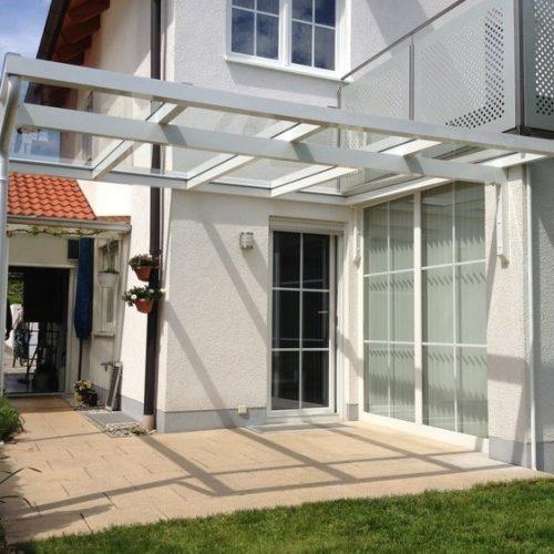 weißes Terrassendach aus Aluminium und Glas