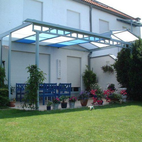 Terrassenüberdachung mit farbigen Gläsern