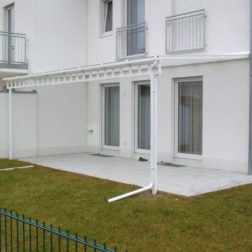 weißes Terrassendach aus Aluminium, Seitenansicht
