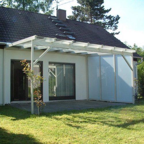 Terrassenüberdachung mit seitlichem Sonnenschutz