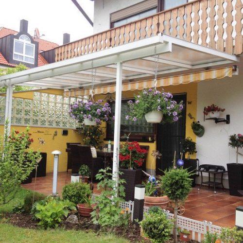 Terrassendach aus Aluminium mit Sonnenblende
