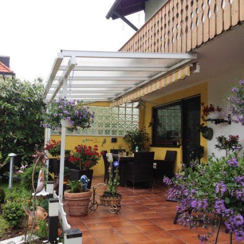 Terrassendach aus Aluminium mit Sonnenschutz