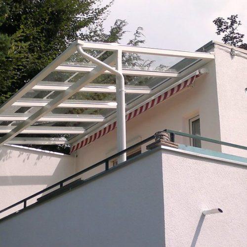 Terrassendach aus Aluminium im ersten Stock