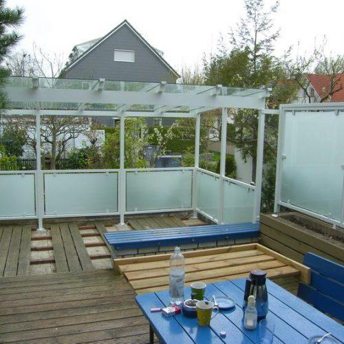 Terrassendach aus Aluminium auf Holzboden