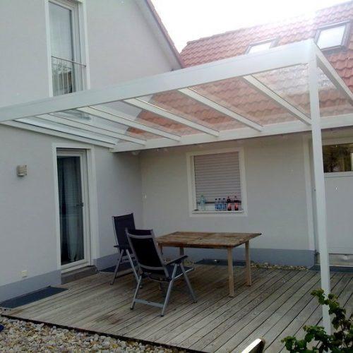flaches Terrassendach aus Aluminium auf Holzboden