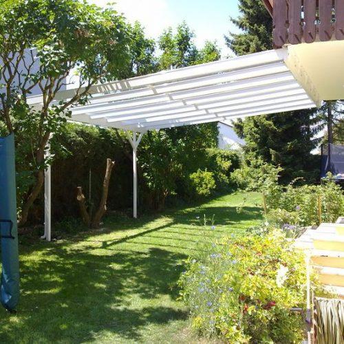 Terrassendach aus Aluminium, Ansicht aus dem Garten