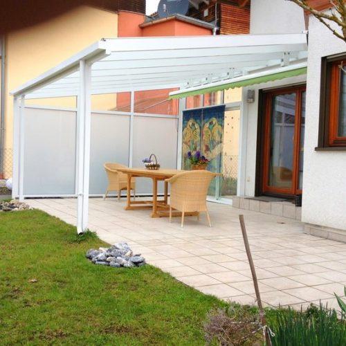 Terrassendach aus Aluminium mit seitlichem Schutz