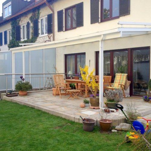 Terrassendach aus Aluminium mit Seitenschutz